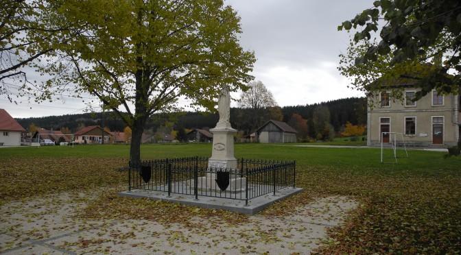 Monument aux morts aux couleurs automnales