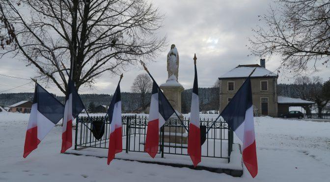 Monument au morts enneigé