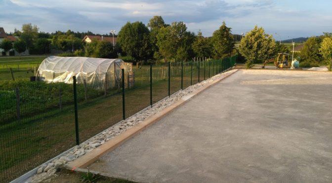 Une nouvelle clôture et un terrain de pétanque refait